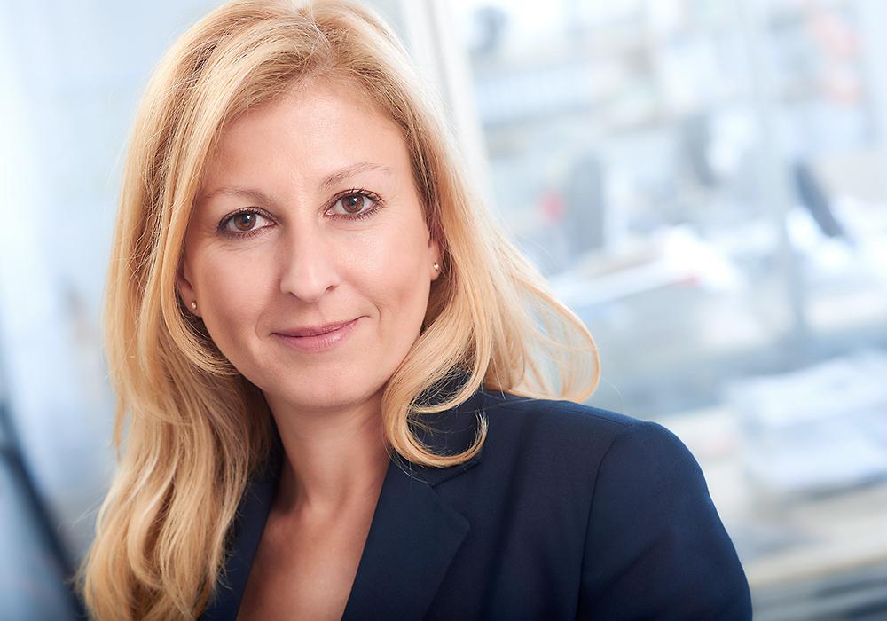 Business-Portrait einer Frau mit langen blonden Haaren/ Fotograf Guntmar Fritz