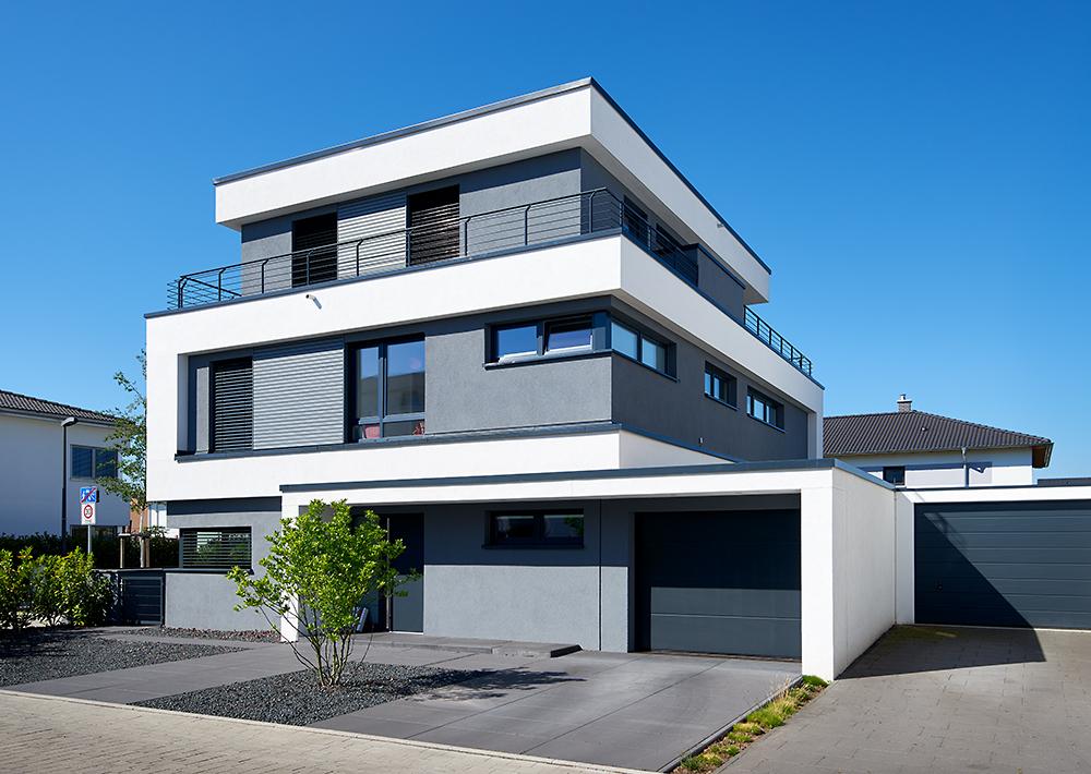 Immobilienfoto weisses modernes Einfamilienhaus
