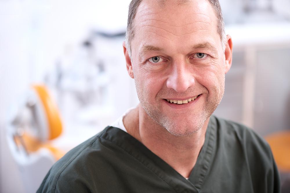 Arztportrait eines Duesseldorfer Zahnarztes / Businessfoto