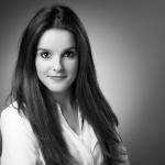Businessportraits / junge, attraktive Frau mit langen dunklen Haaren / Fotograf Guntmar Fritz Duesseldorf Neuss