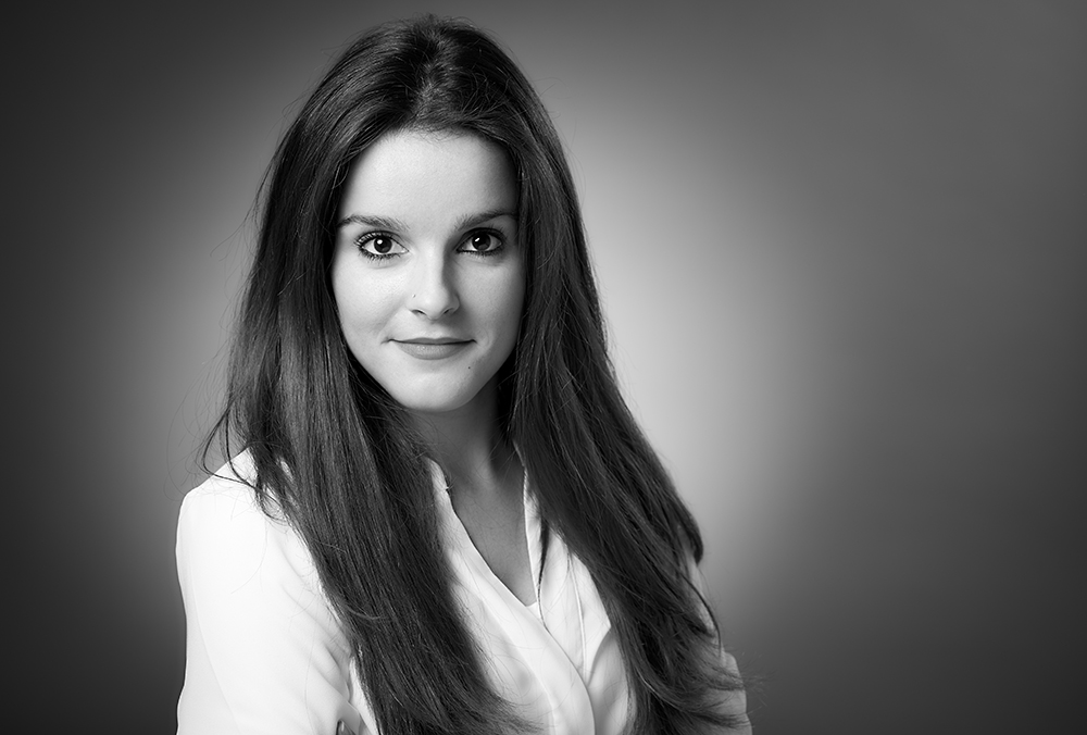 Fine-Art Portraitfotografie, junge, attraktive Frau mit langen dunklen Haaren