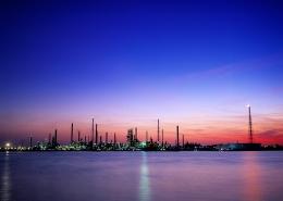 Industrieanlage nach Sonnenuntergang