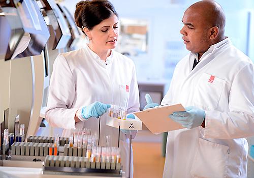 laborfoto-koeln-setfoto / zwei Laboranten bei der Arbeit People Fotografie