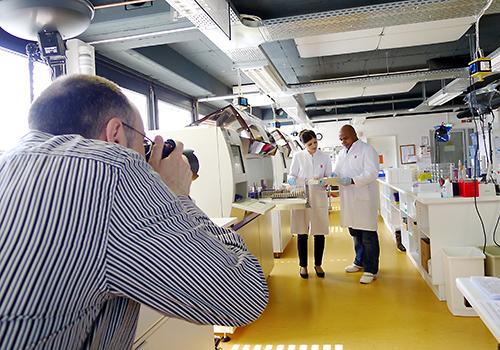 Fotograf Guntmar Fritz aus Neuss bei der Arbeit in einem koelner Medizinlabor